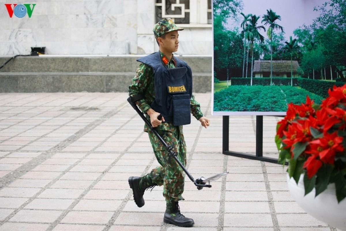 Cong binh VN kiem tra tung bui co de chuan bi thuong dinh My - Trieu-Hinh-10