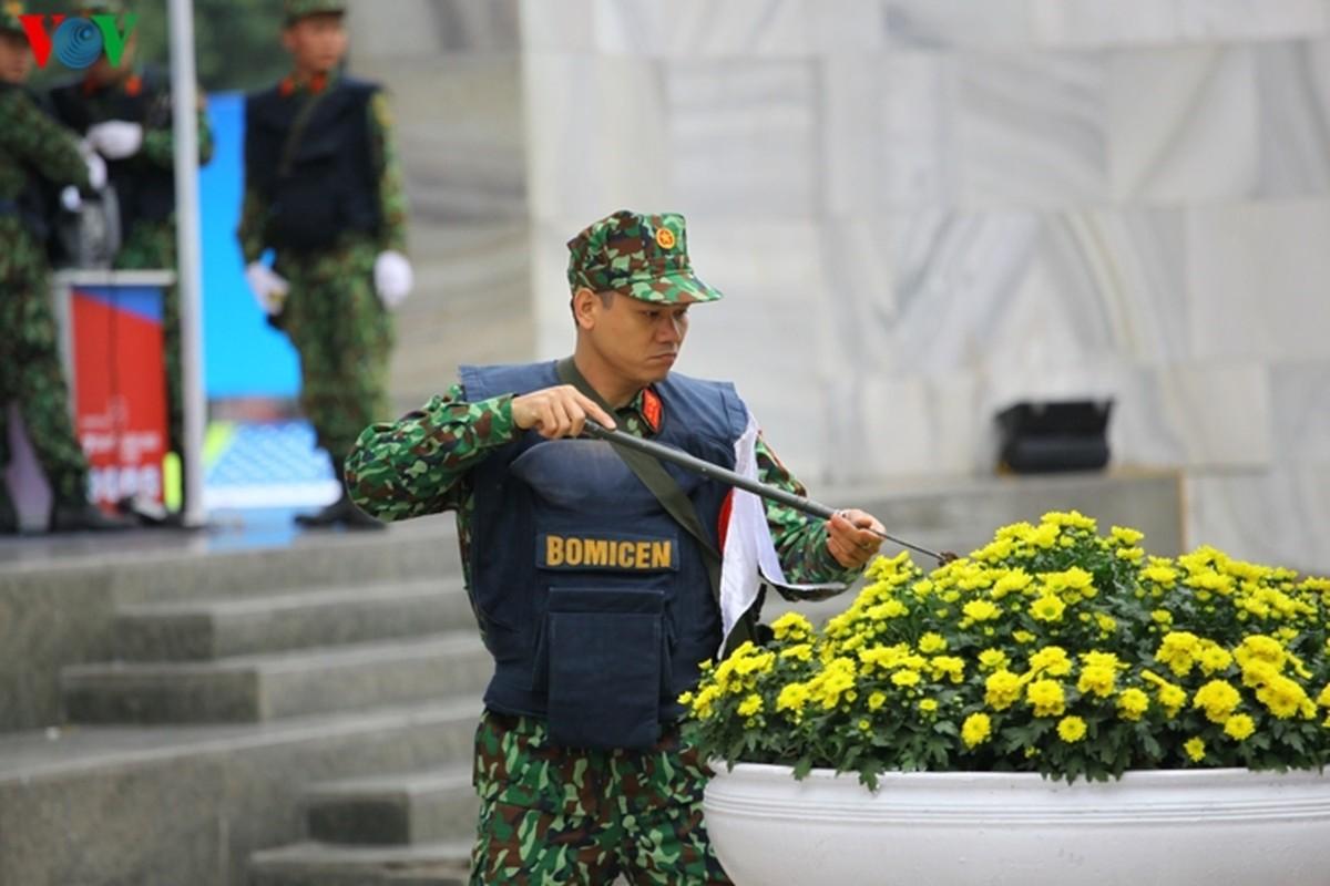Cong binh VN kiem tra tung bui co de chuan bi thuong dinh My - Trieu-Hinh-2