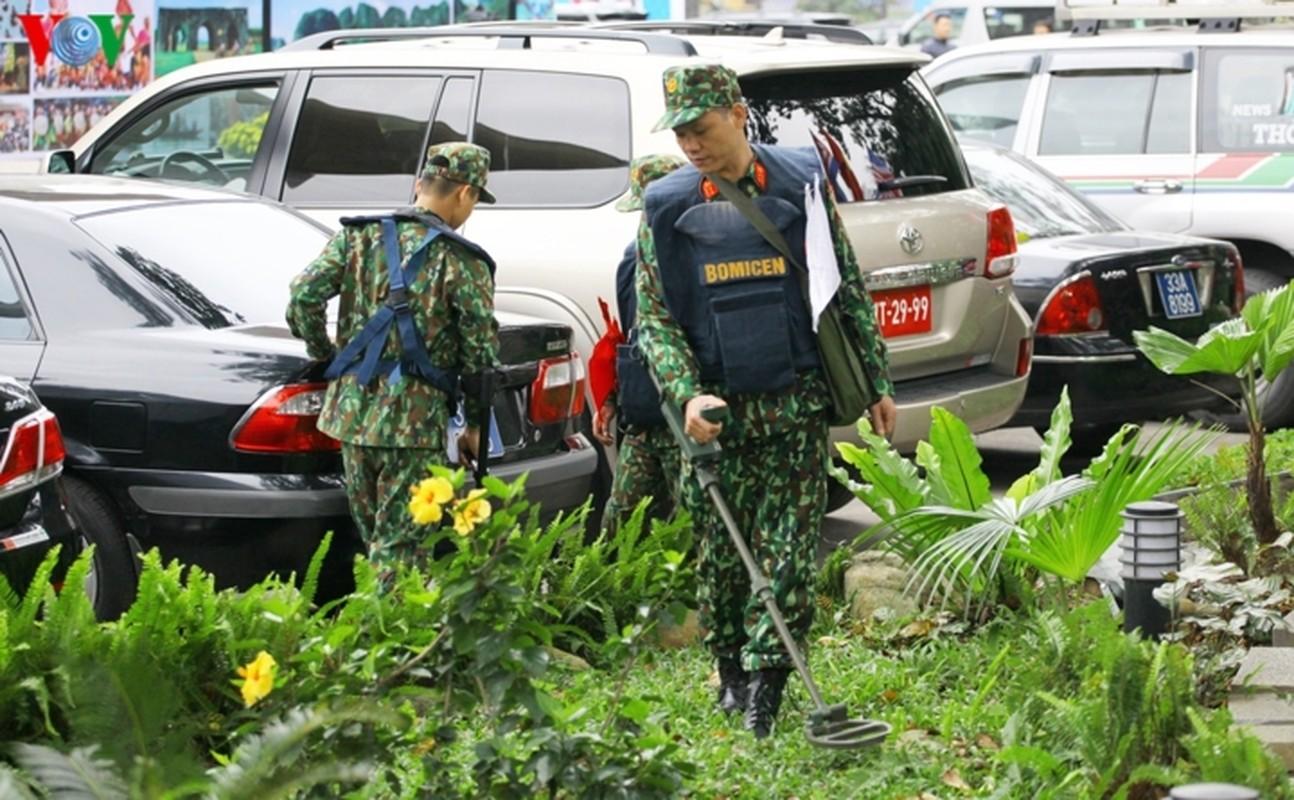 Cong binh VN kiem tra tung bui co de chuan bi thuong dinh My - Trieu-Hinh-3