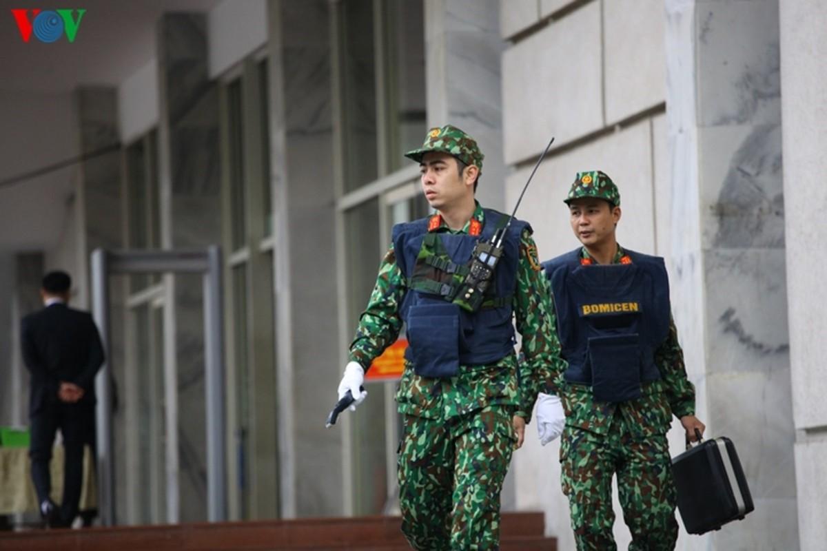 Cong binh VN kiem tra tung bui co de chuan bi thuong dinh My - Trieu-Hinh-5