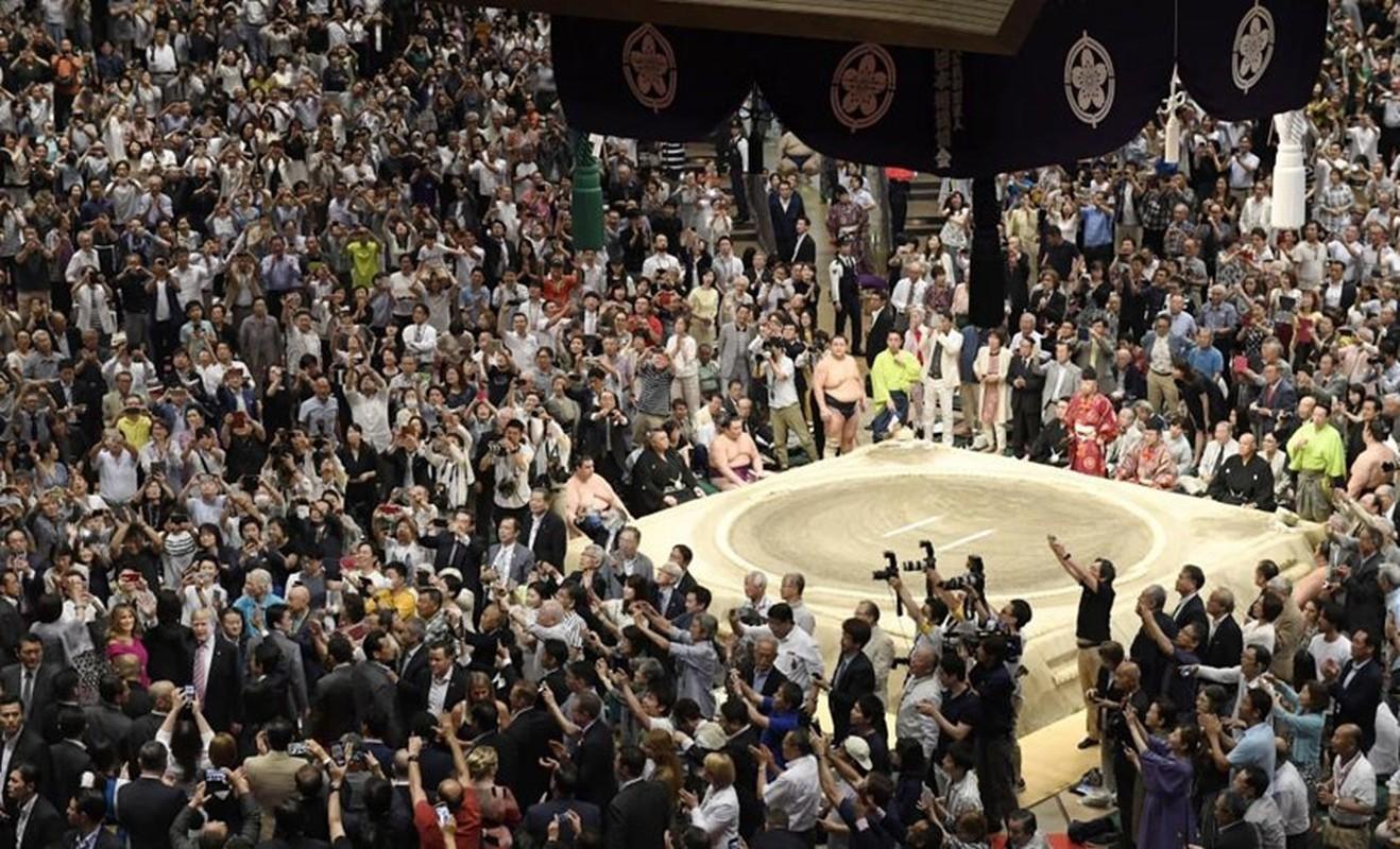 Nguoi Nhat phan khich khi ong Trump trao giai sumo