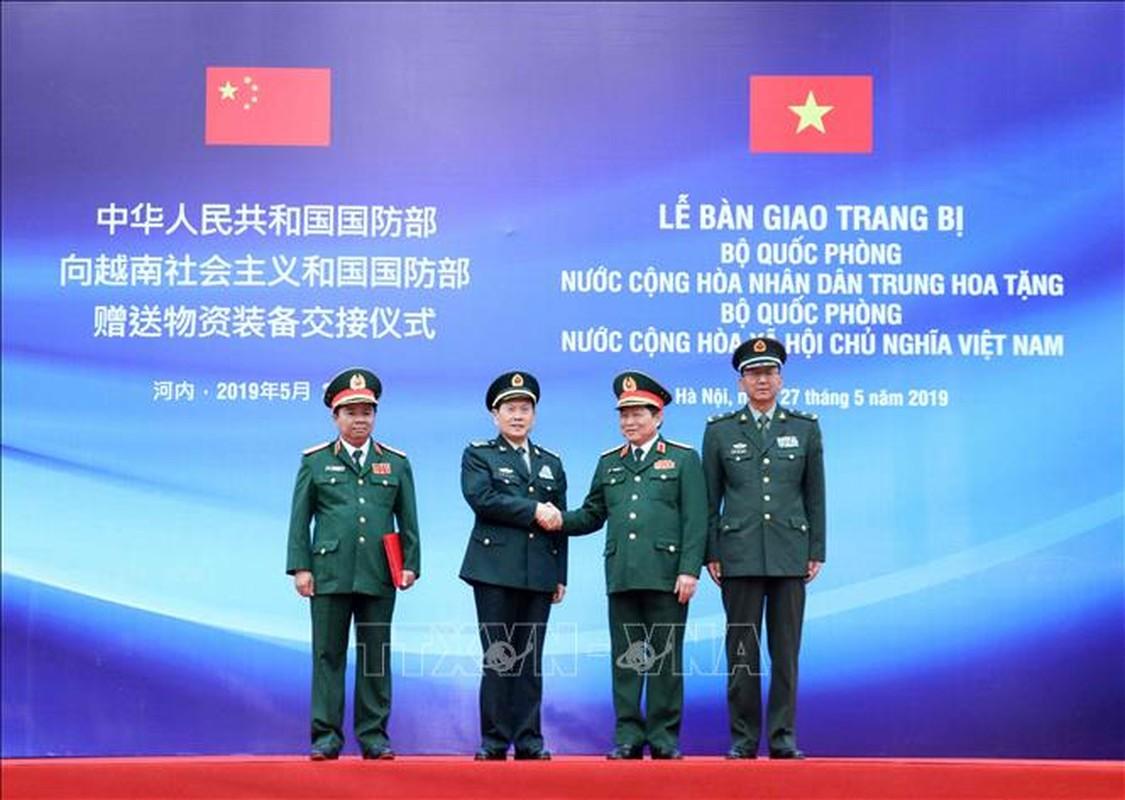 Quan doi Trung Quoc tang Viet Nam trang bi tim kiem cuu nan-Hinh-2