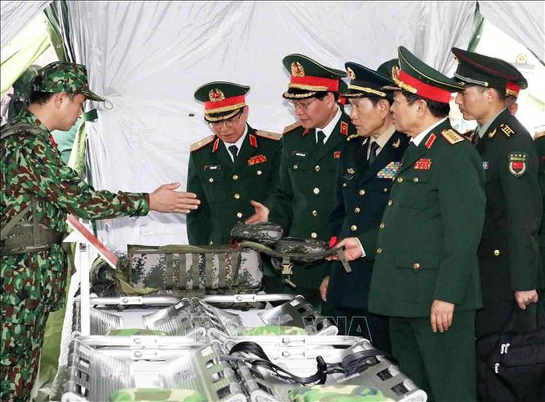 Quan doi Trung Quoc tang Viet Nam trang bi tim kiem cuu nan-Hinh-3
