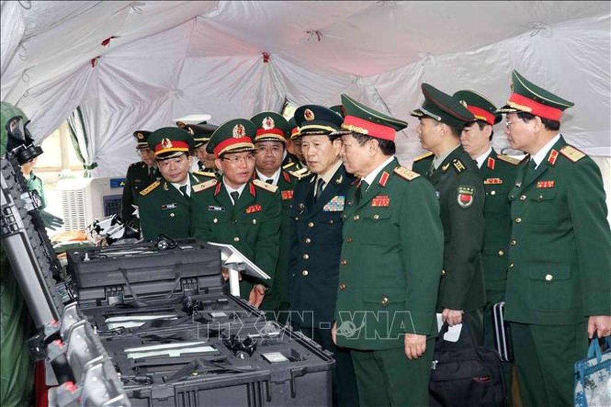 Quan doi Trung Quoc tang Viet Nam trang bi tim kiem cuu nan-Hinh-4