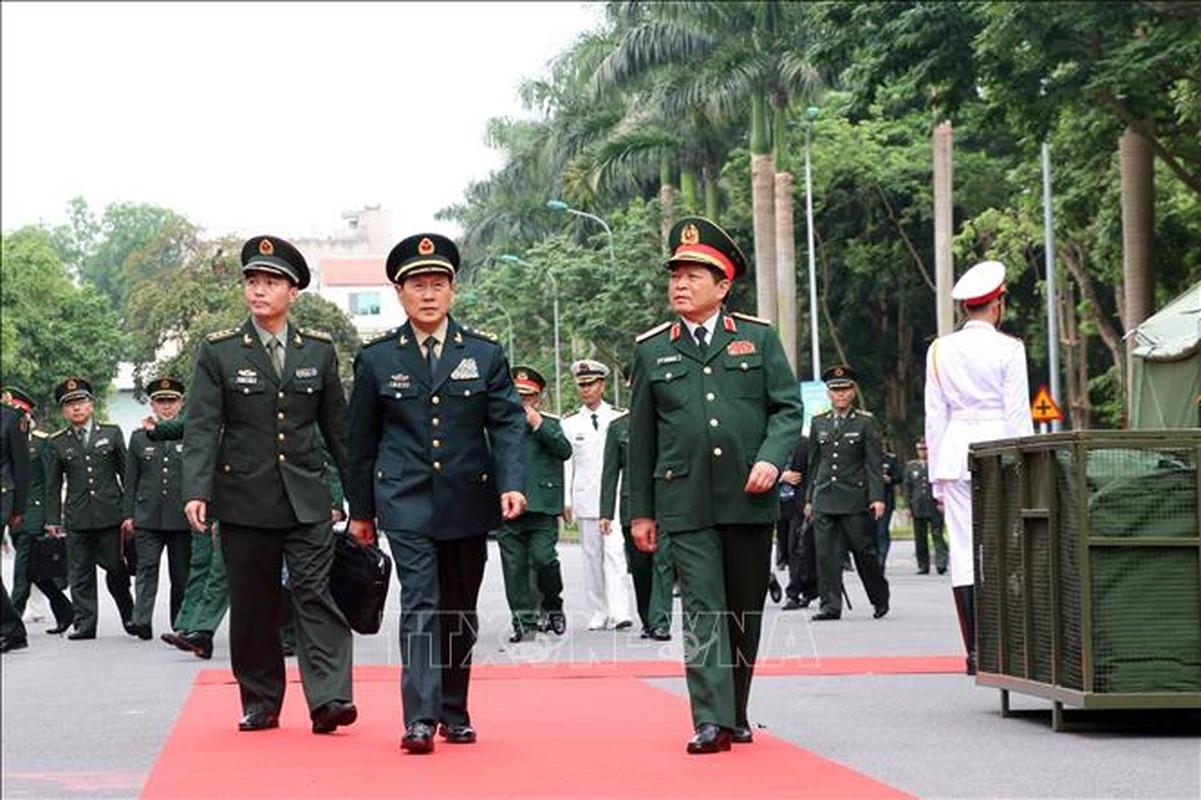 Quan doi Trung Quoc tang Viet Nam trang bi tim kiem cuu nan
