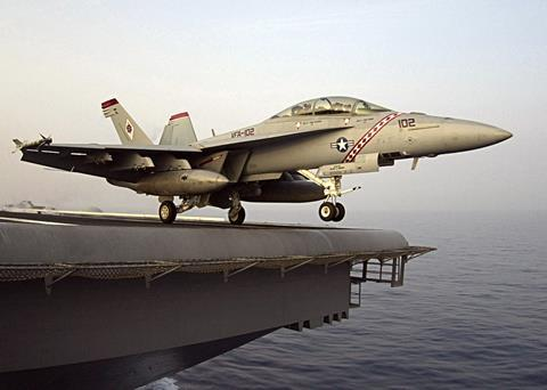 Lan dau tien tiem kich F/A-18 cat canh tu cau nhay-Hinh-2