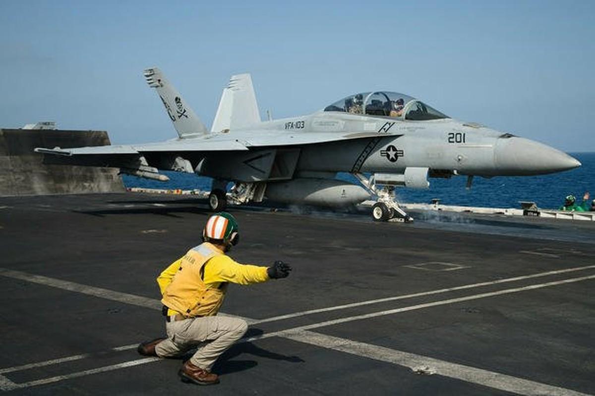 Lan dau tien tiem kich F/A-18 cat canh tu cau nhay-Hinh-3