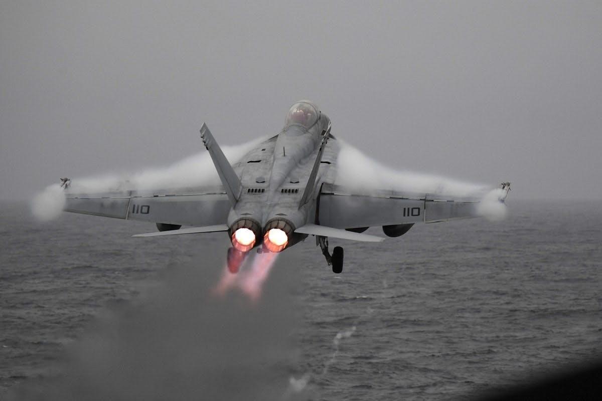 Lan dau tien tiem kich F/A-18 cat canh tu cau nhay-Hinh-4