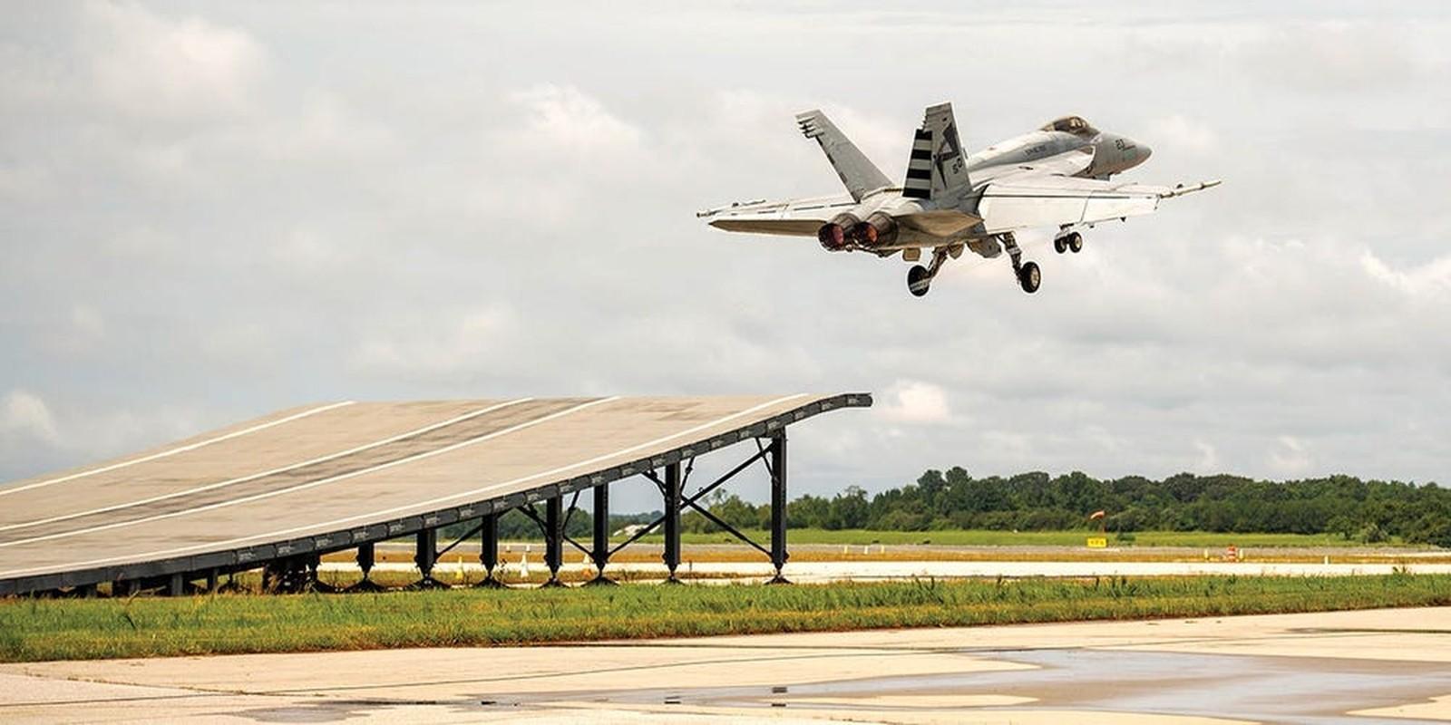 Lan dau tien tiem kich F/A-18 cat canh tu cau nhay