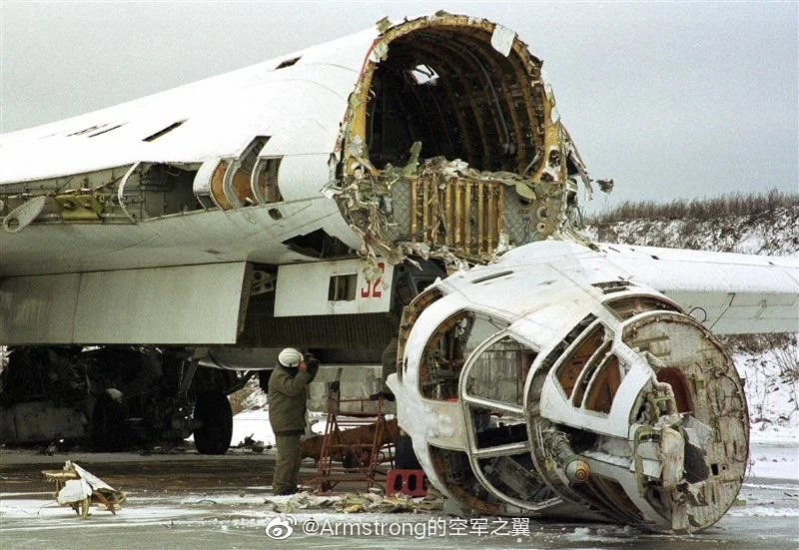 Xot xa so phan may bay Tu-160 bi xe thit o Ukraine trong qua khu-Hinh-3