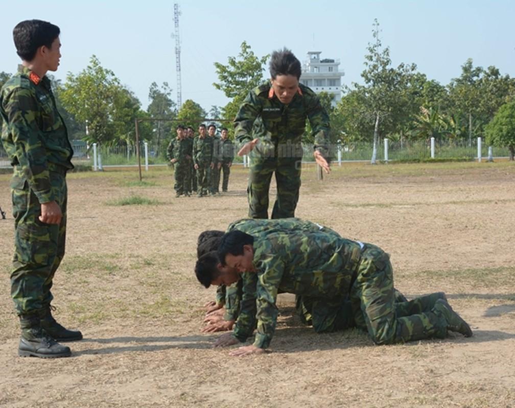 Trinh sat Viet Nam kho luyen tuyet ky tren thao truong