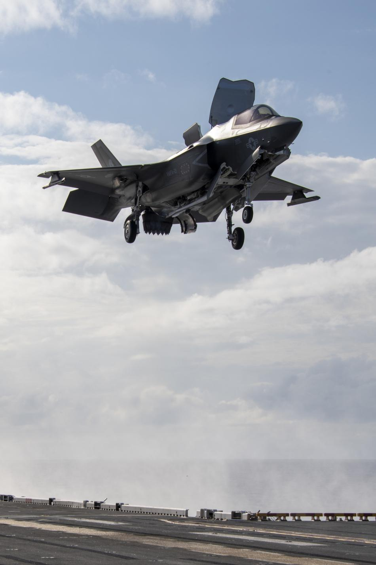Tau do bo tan cong My cung tiem kich F-35B dien tap o bien Philippines-Hinh-4