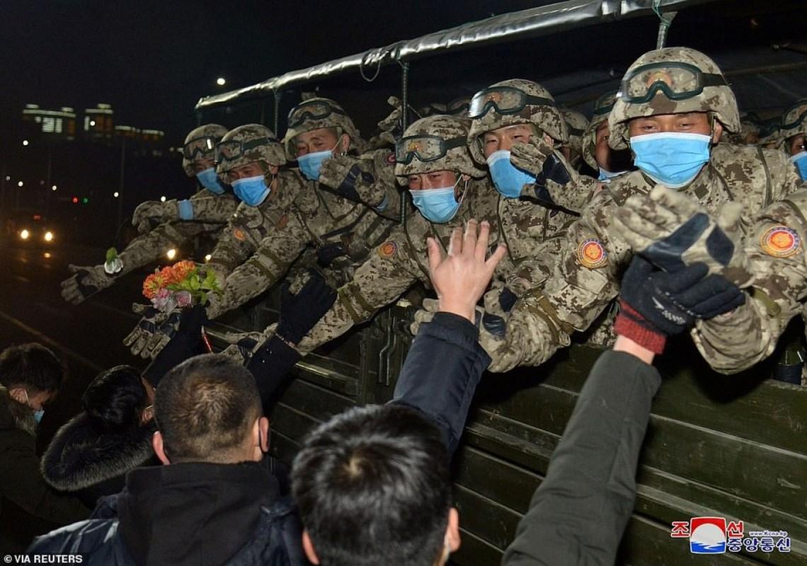 Quan doi Trieu Tien bat ngo tien hanh duyet binh trong dem-Hinh-5