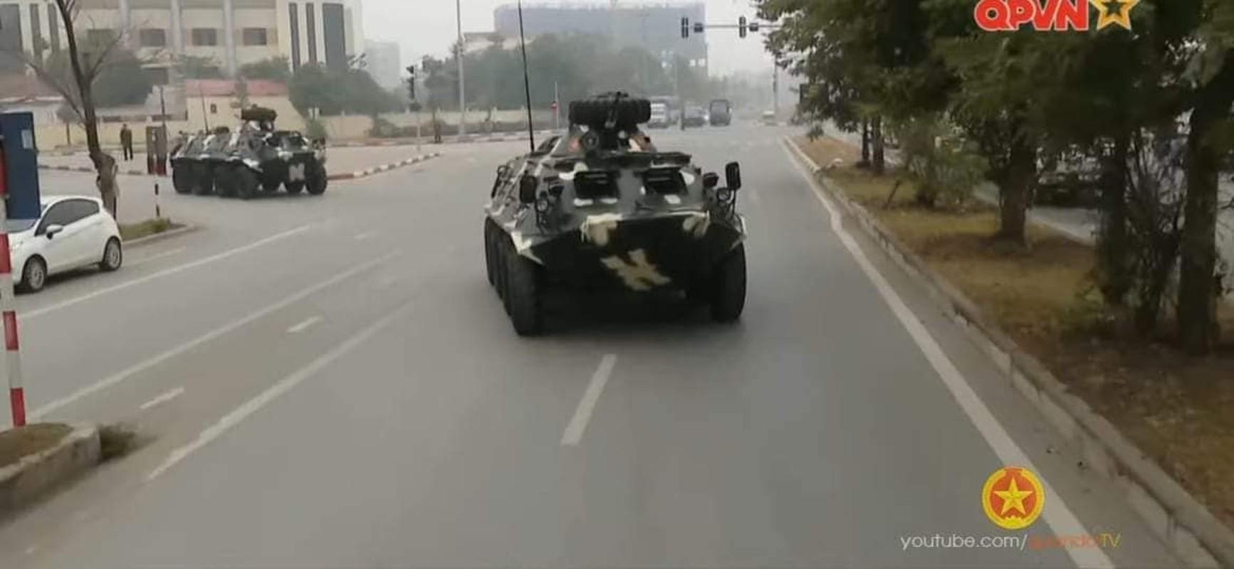 Ben trong xe thiet giap Viet Nam tham gia bao ve Dai hoi Dang-Hinh-10