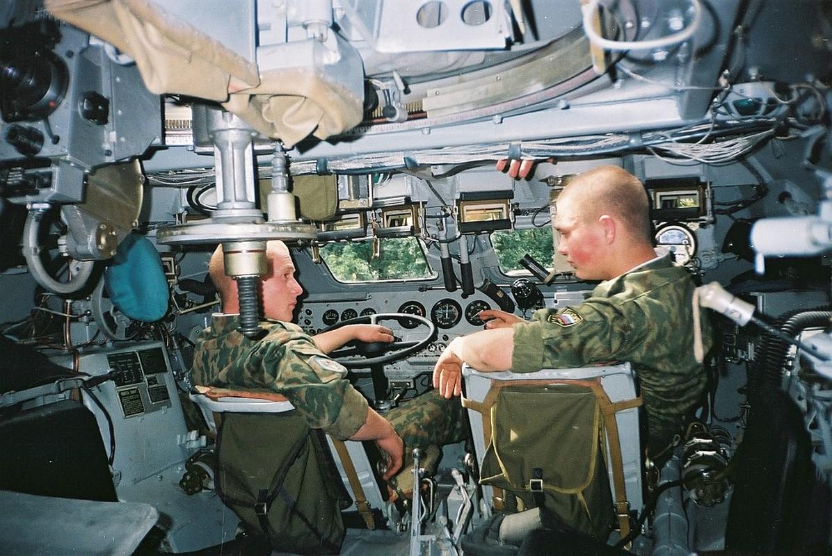 Ben trong xe thiet giap Viet Nam tham gia bao ve Dai hoi Dang-Hinh-5