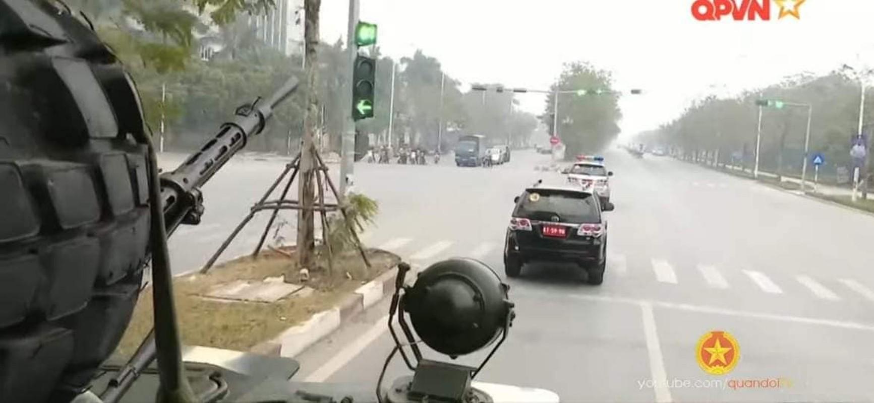 Ben trong xe thiet giap Viet Nam tham gia bao ve Dai hoi Dang-Hinh-9