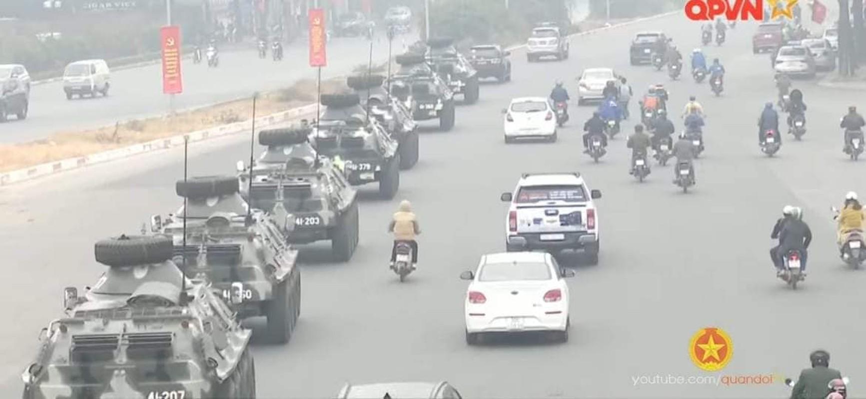 Ben trong xe thiet giap Viet Nam tham gia bao ve Dai hoi Dang