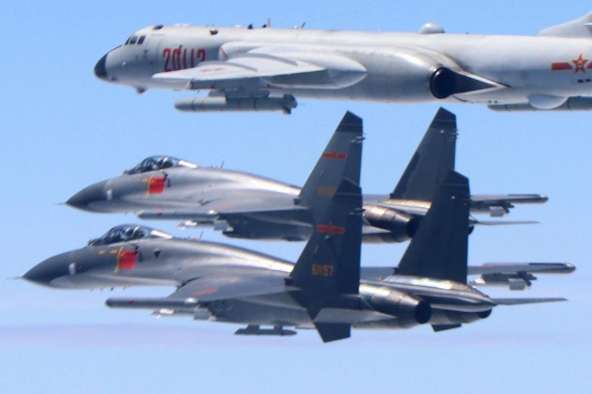 Hang loat may bay Trung Quoc ap sat Dai Loan-Hinh-6
