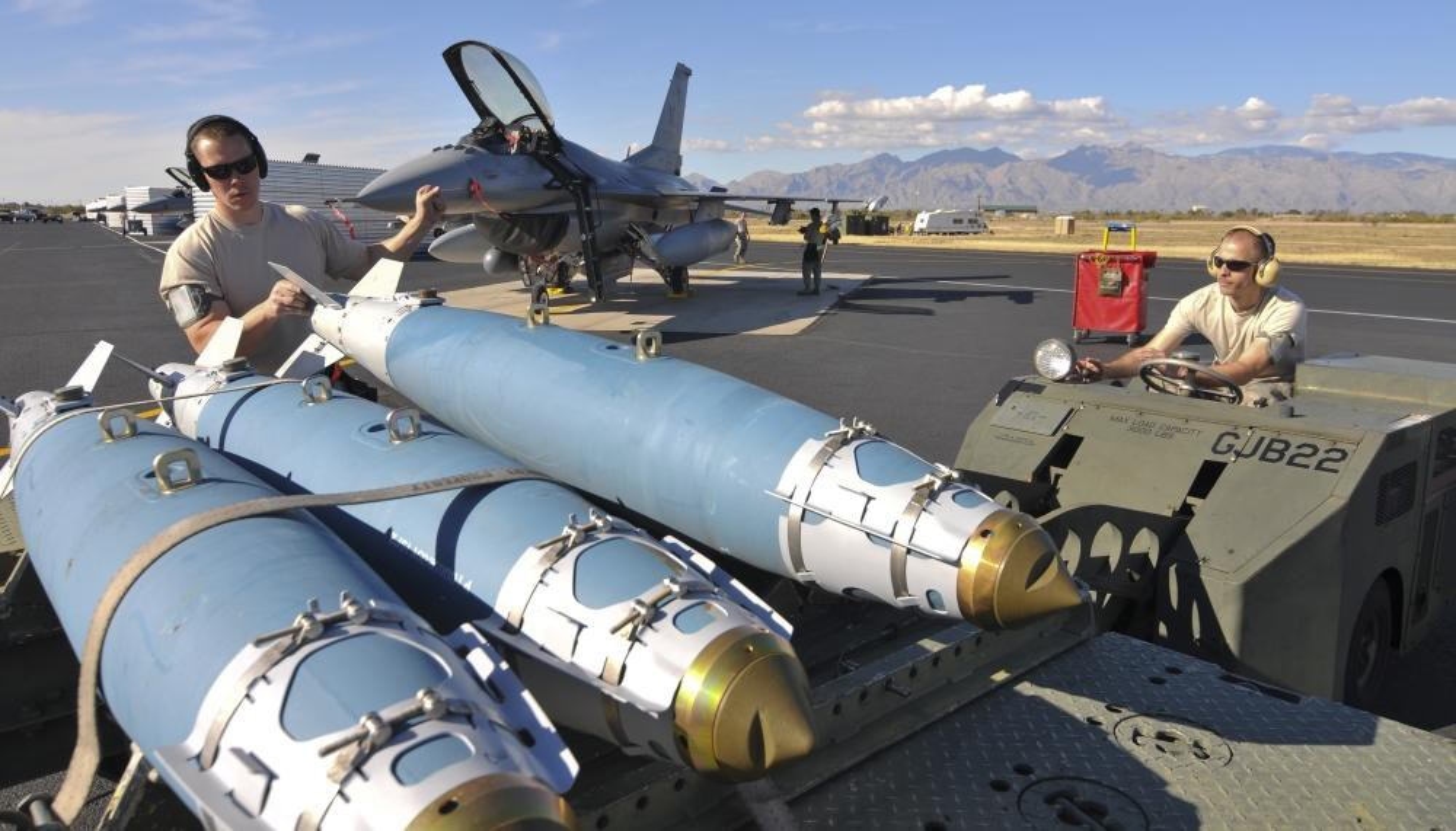 Tiem kich F-15E cua My manh ngang may bay nem bom chien luoc Trung Quoc-Hinh-15