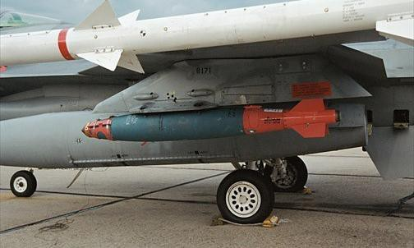 Tiem kich F-15E cua My manh ngang may bay nem bom chien luoc Trung Quoc-Hinh-16