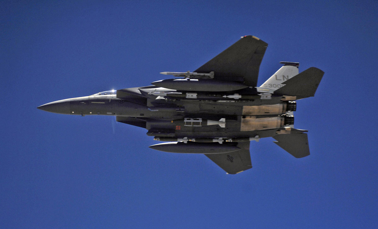Tiem kich F-15E cua My manh ngang may bay nem bom chien luoc Trung Quoc-Hinh-18