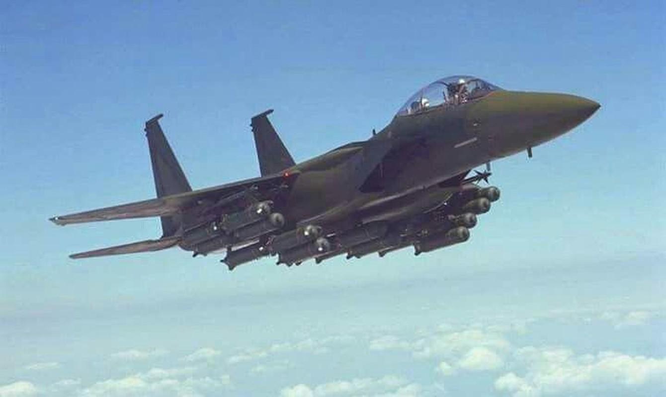 Tiem kich F-15E cua My manh ngang may bay nem bom chien luoc Trung Quoc-Hinh-3