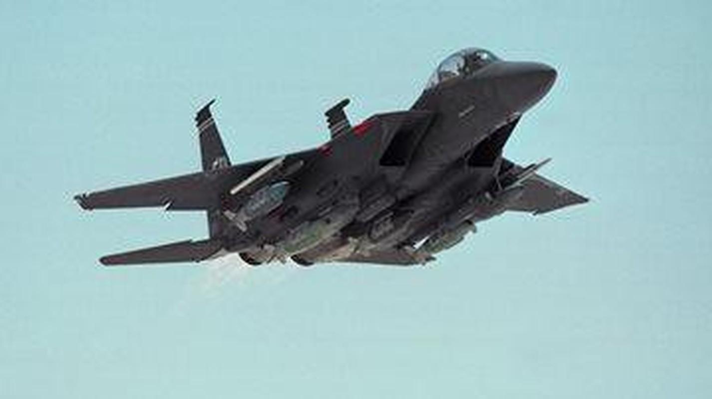 Tiem kich F-15E cua My manh ngang may bay nem bom chien luoc Trung Quoc-Hinh-4