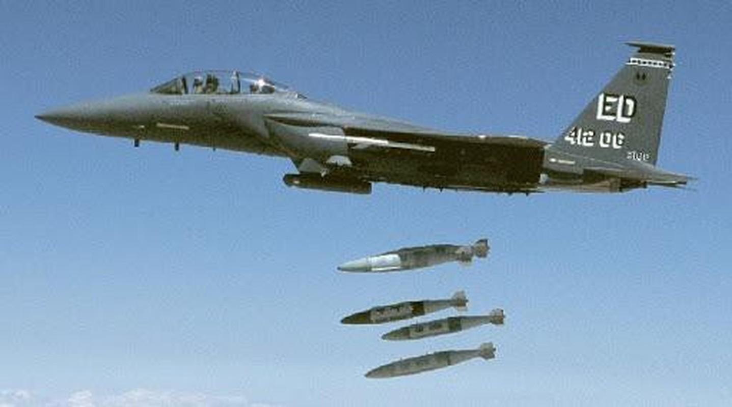 Tiem kich F-15E cua My manh ngang may bay nem bom chien luoc Trung Quoc-Hinh-5