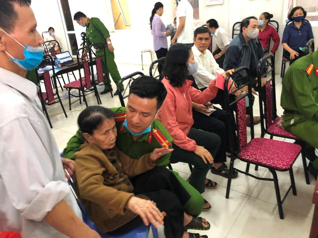 Hinh anh chien si Cong an giup do nguoi dan lam can cuoc cong dan-Hinh-5