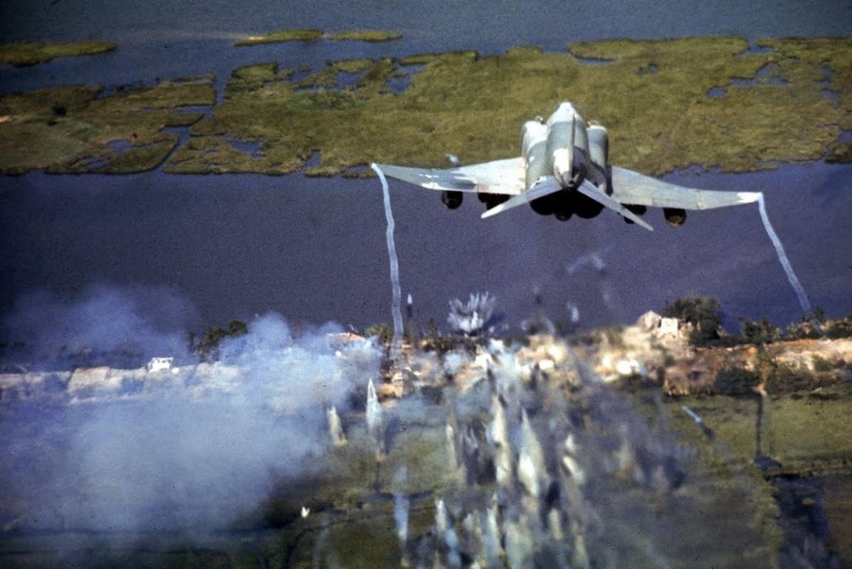 May bay F-4 My tham chien o Viet Nam vi sao khong co phao?-Hinh-17