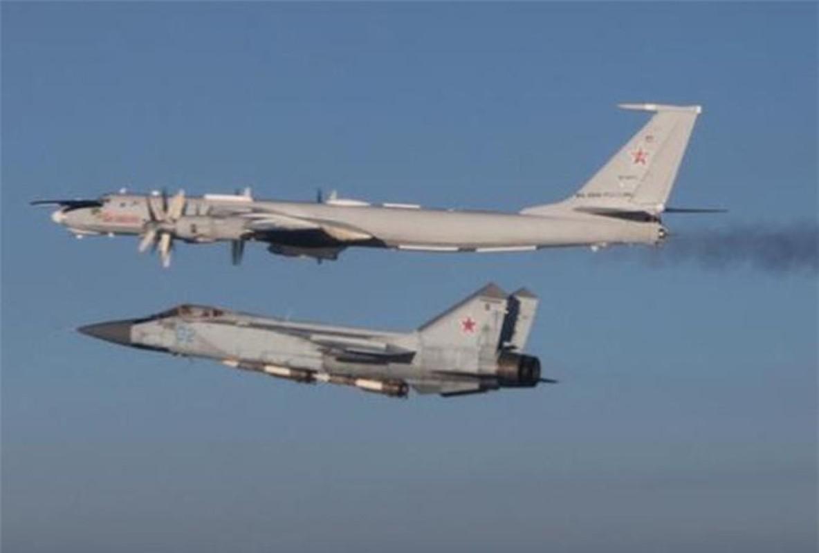 Chuyen gia Nga giai thich tai sao doi phuong phai rut lui khi gap MiG-31