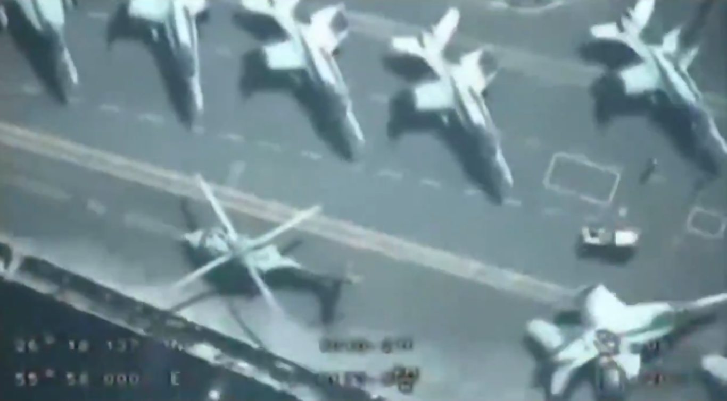 UAV Iran bay tren dau quay phim, tau san bay My khong hay biet-Hinh-3
