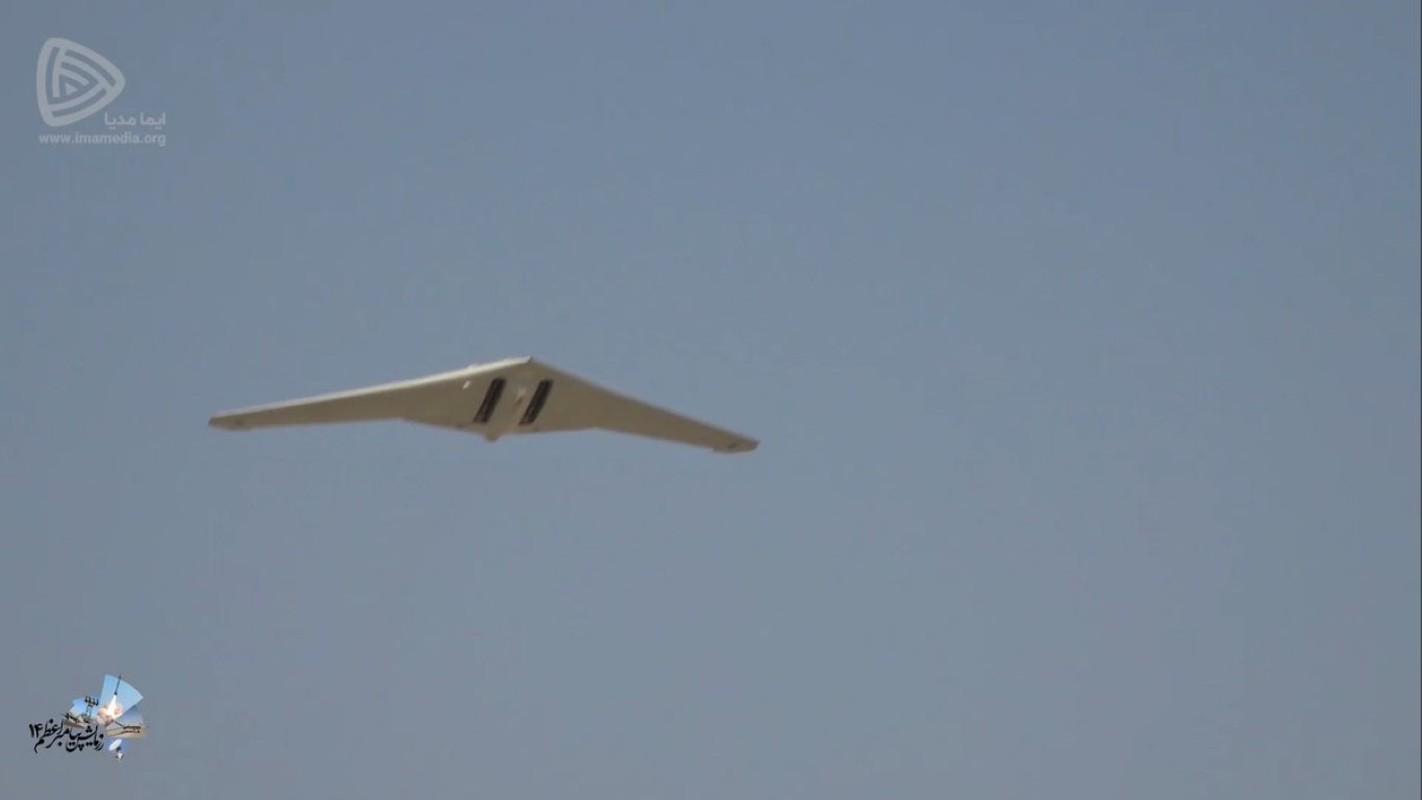 UAV Iran bay tren dau quay phim, tau san bay My khong hay biet-Hinh-9