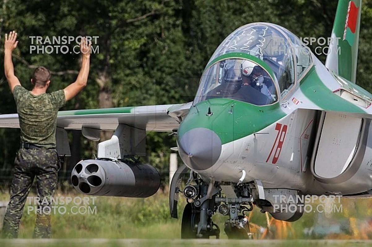 Hien truong huan luyen co Yak-130 roi o Belarus, khong ai song sot-Hinh-12