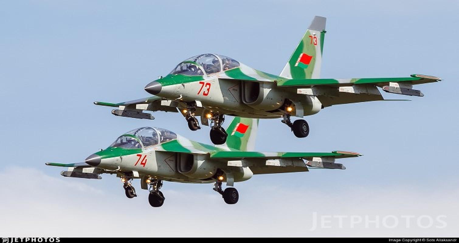 Hien truong huan luyen co Yak-130 roi o Belarus, khong ai song sot-Hinh-5