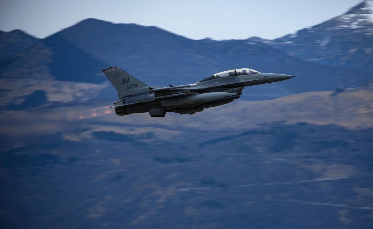 Hai quan My ha cap, doi tu F/A-18 thanh F-16 cho tiet kiem-Hinh-2