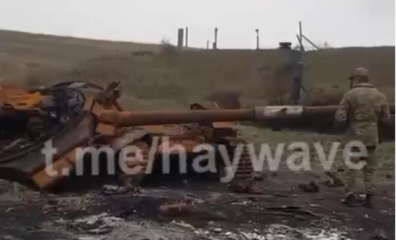 Soc: Phao binh Armenia nghien nat xe tang chu luc T-90 Azerbaijan-Hinh-2