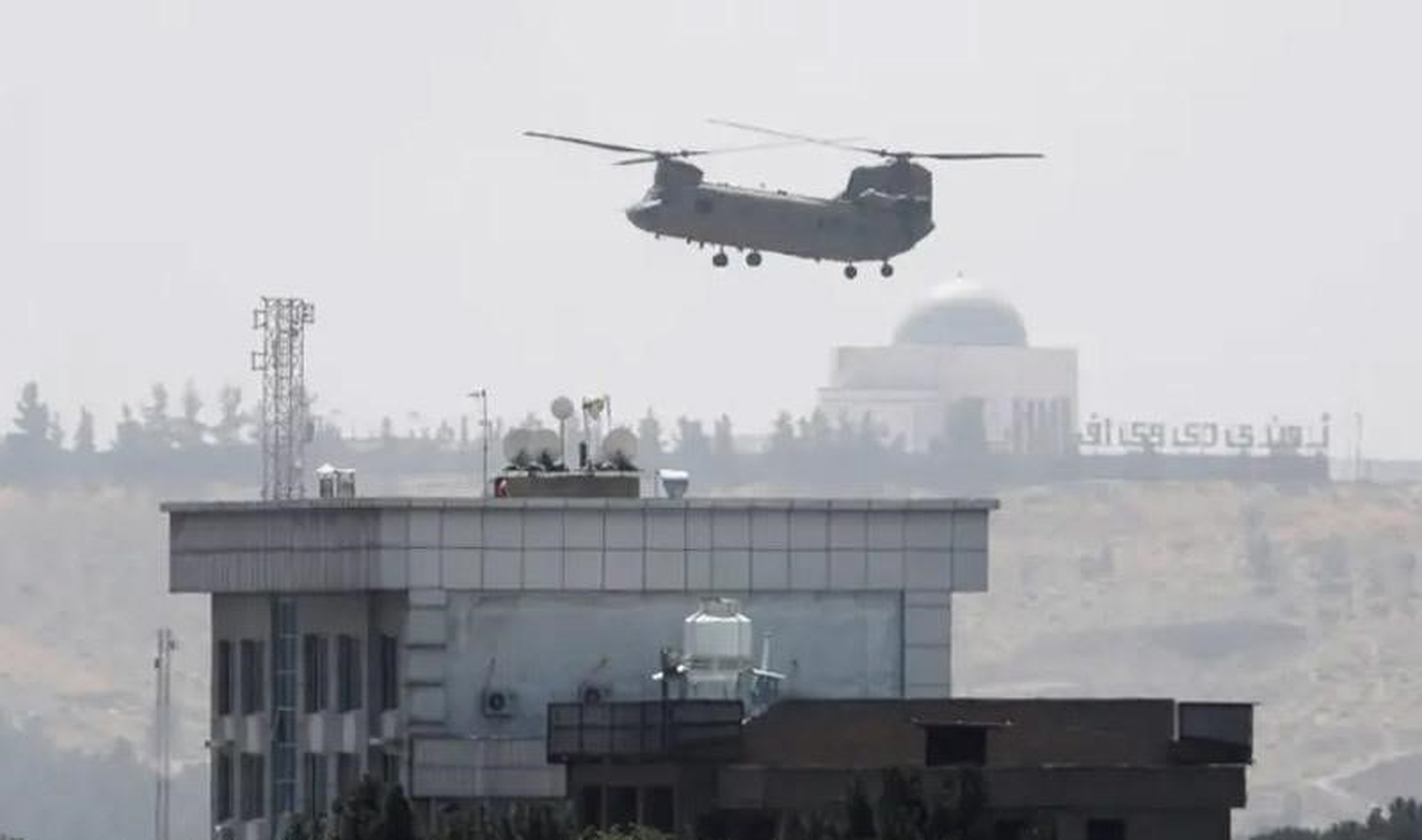 My pha huy 7 truc thang CH-46E sau khi chung buoc phai bo lai Kabul-Hinh-10