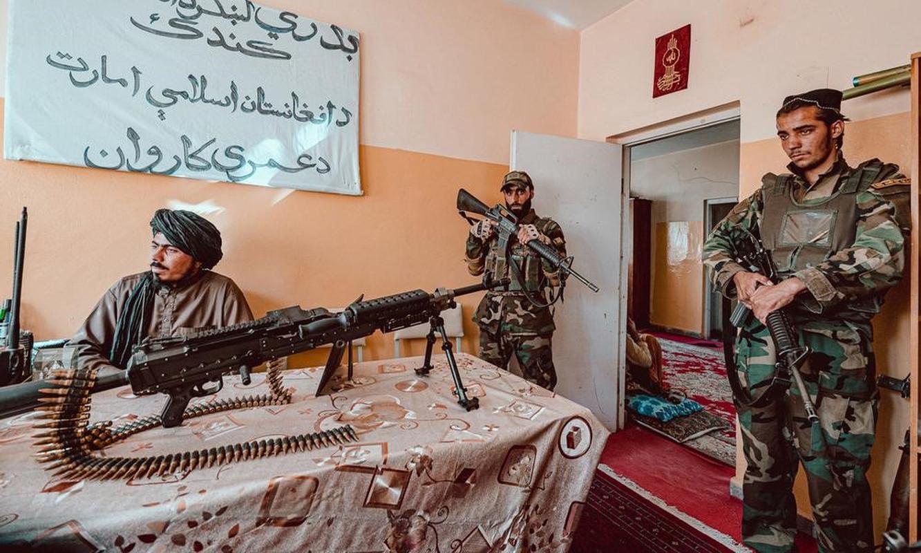 Sung may huyen thoai My tren ban lam viec cua chi huy khet tieng Taliban