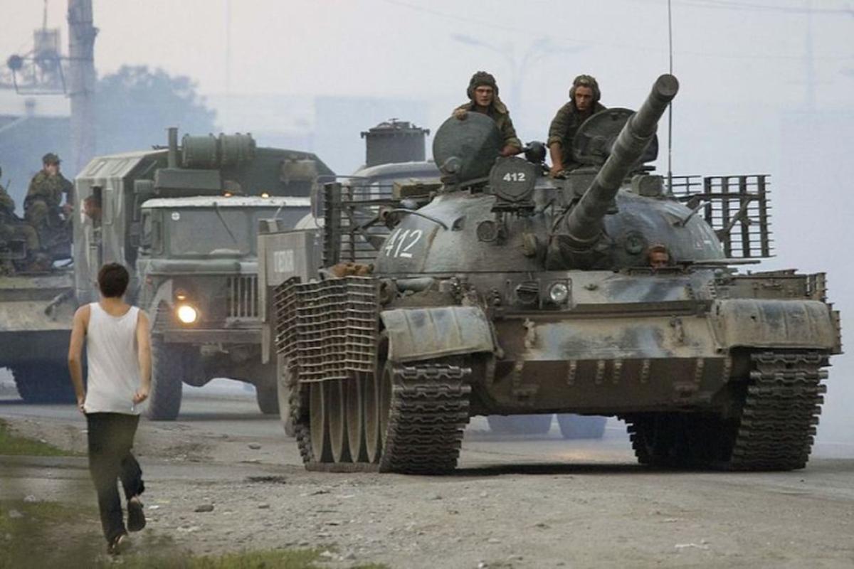 Xe tang chu luc T-62 dang lam gi trong bien che quan doi Nga?