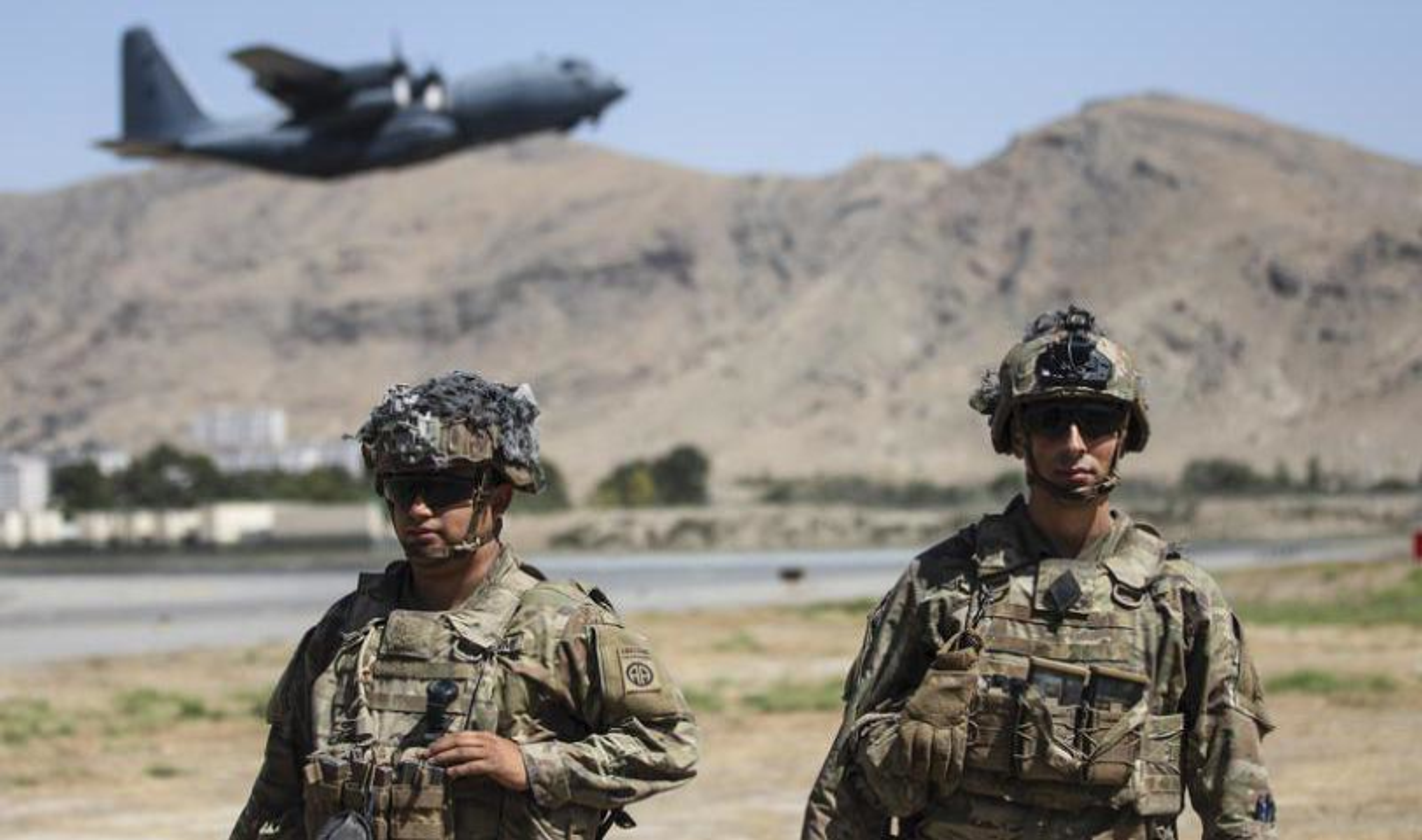 Vu linh My doi thuoc la lay xe ban tai gan sung may Nga de bao ve san bay Kabul-Hinh-3