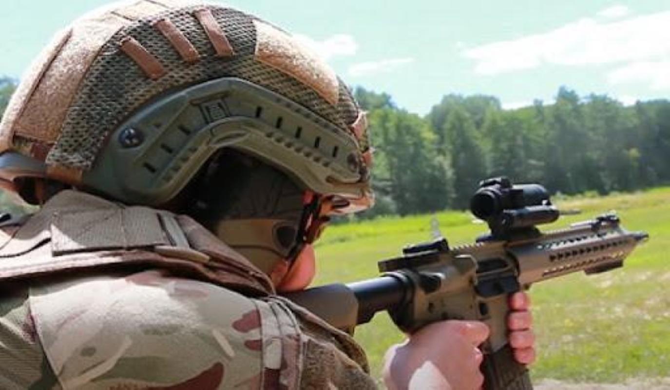 Ve binh Quoc gia Ukraine thay the sung AK bang sung AR-15 My-Hinh-10