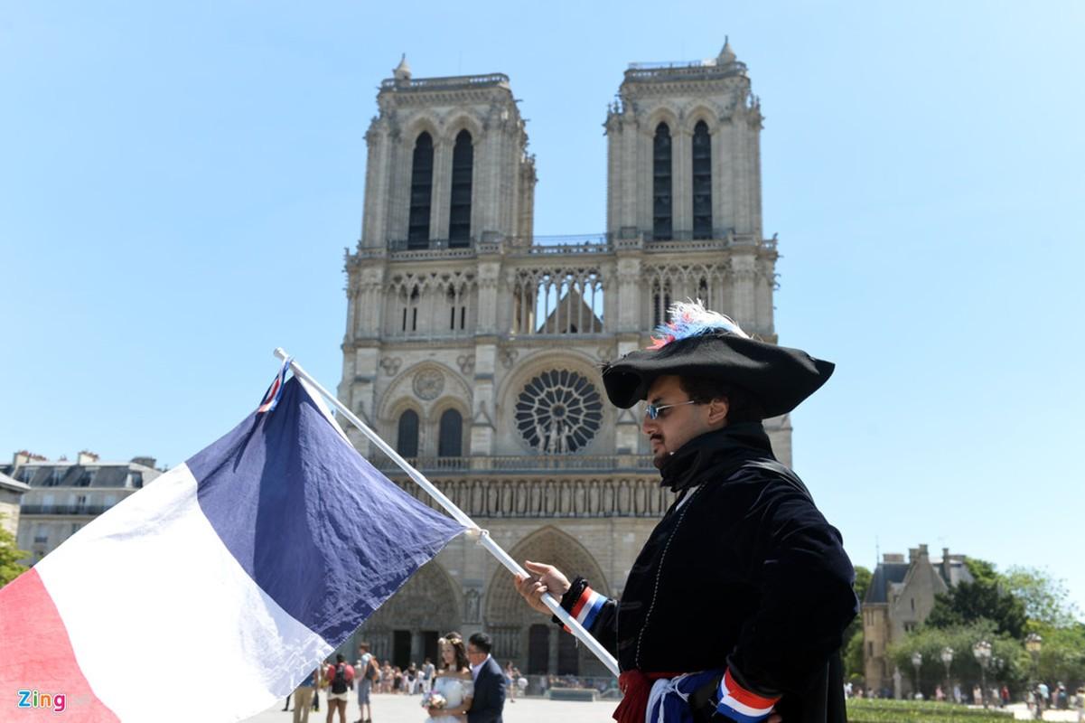 Nam lan duoi thap Eiffel, dua voi chim o nha tho Duc Ba Paris-Hinh-8