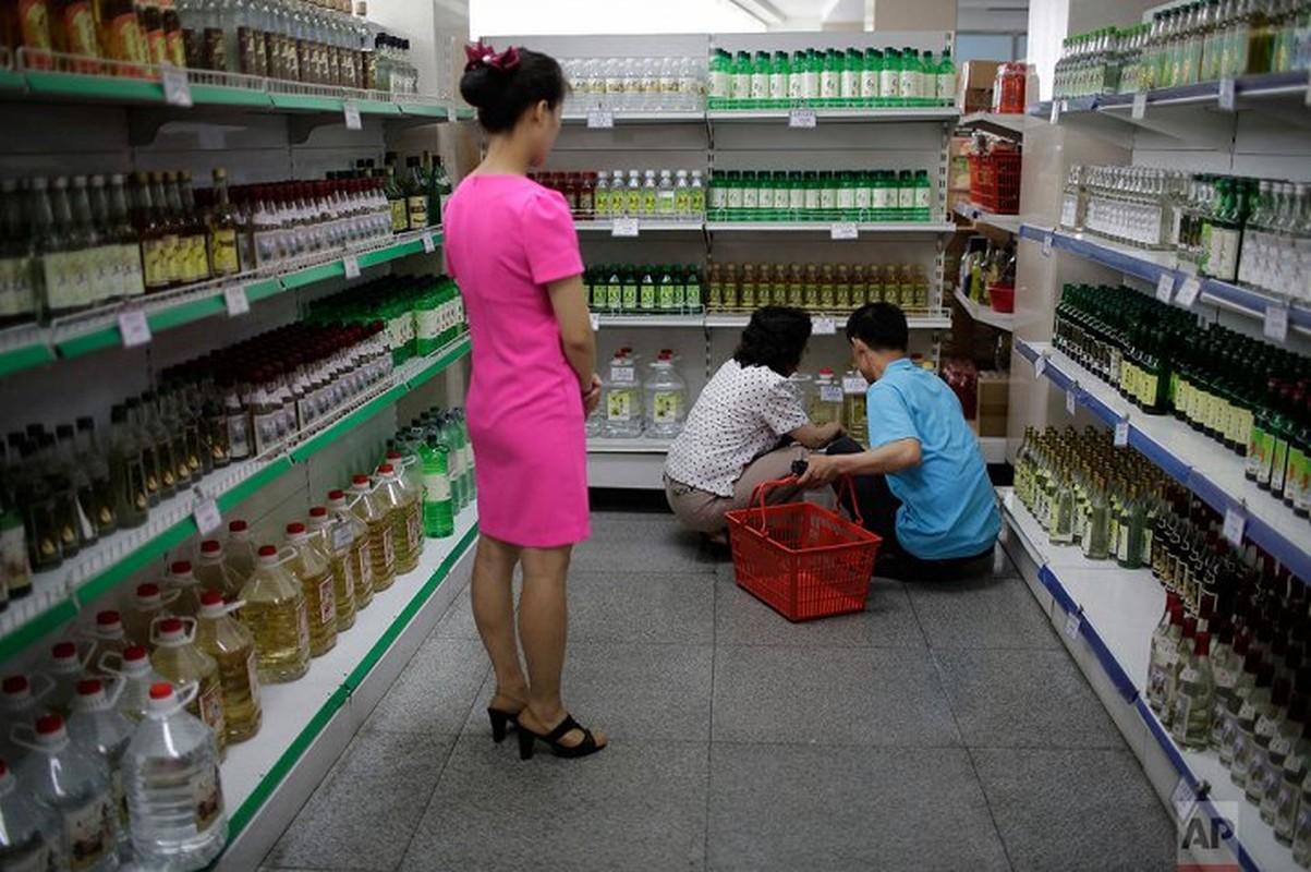 Co gi ben trong cua hang tap hoa o thu do cua Trieu Tien?
