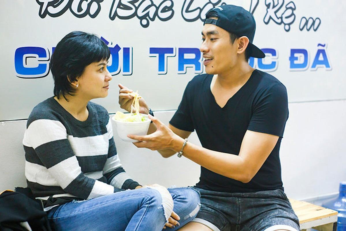 Kieu Minh Tuan tu tay dut cho Cat Phuong an khi nguoi yeu bi benh-Hinh-2