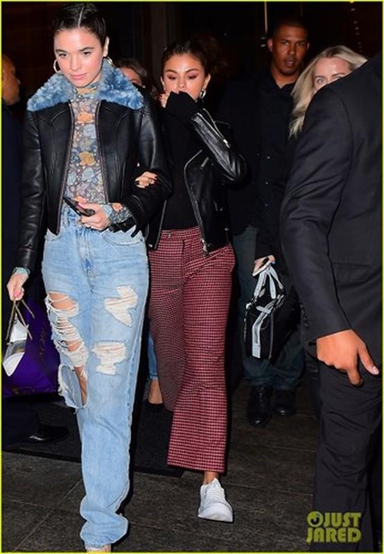 Selena Gomez trang diem dam, sanh dieu khi di an toi cung ban be-Hinh-3