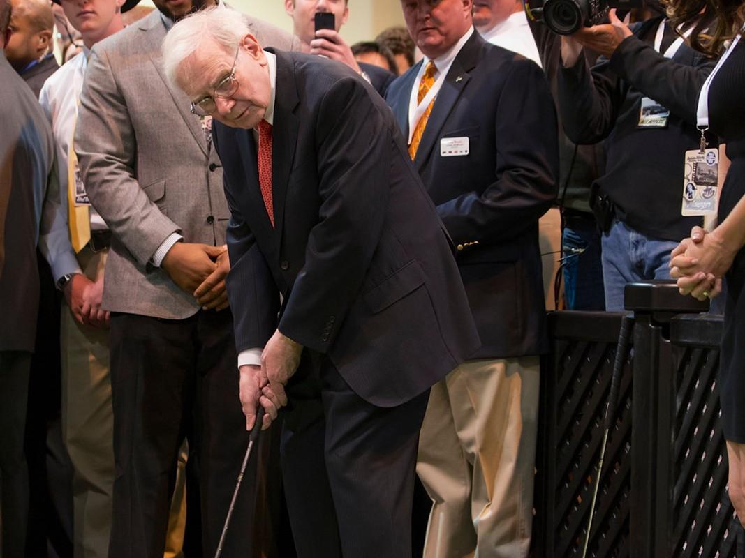 Giau thu ba the gioi, ty phu Warren Buffett tieu tien the nao?-Hinh-11