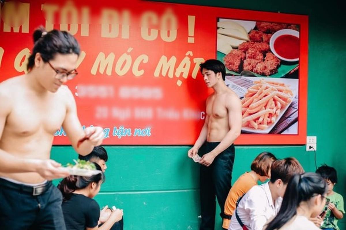 Quan an trai dep 6 mui coi tran ben le duong Ha Noi gay xon xao-Hinh-3