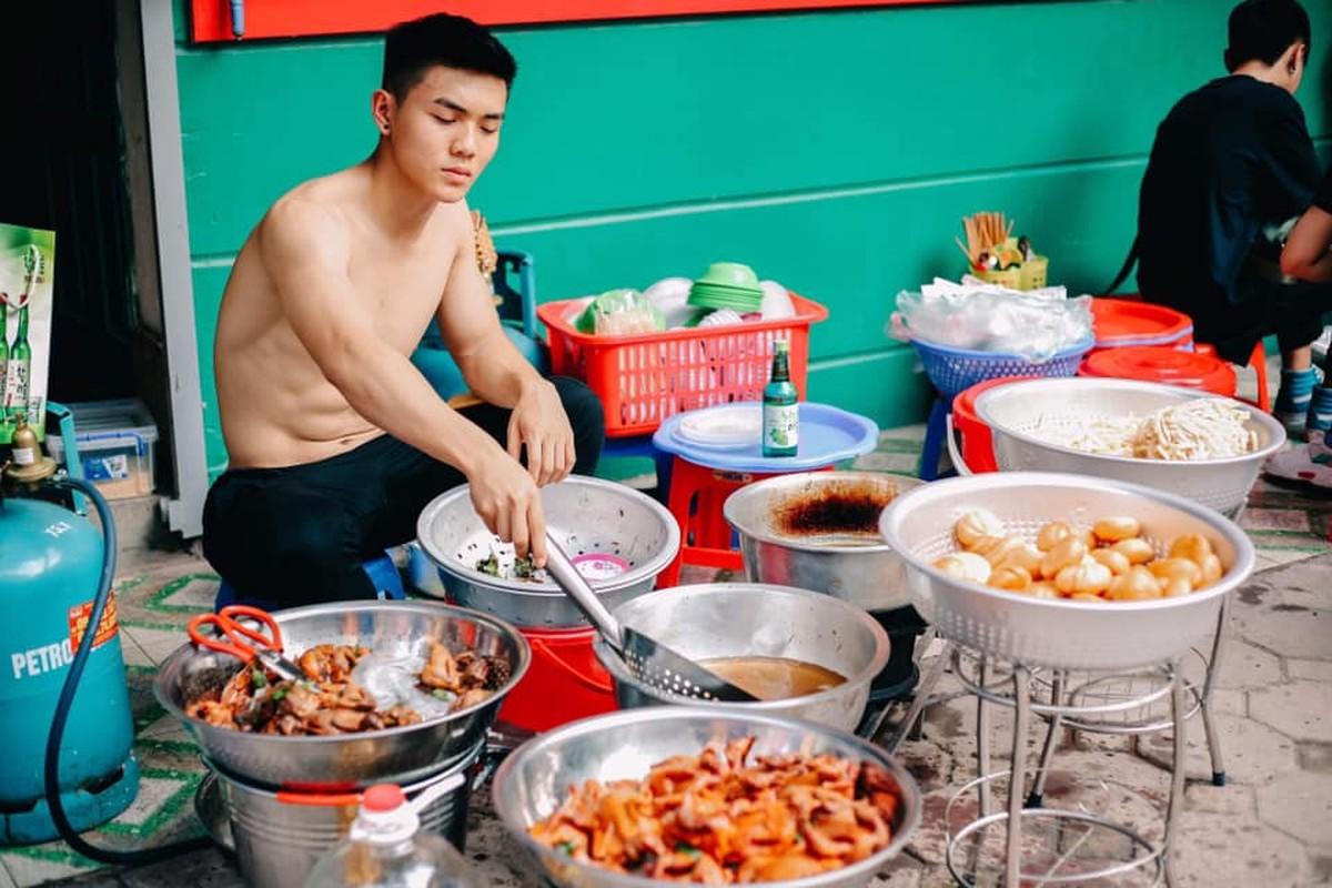 Quan an trai dep 6 mui coi tran ben le duong Ha Noi gay xon xao-Hinh-4