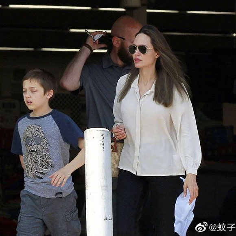 Angelina Jolie hanh dong soc khi di cung cac con-Hinh-4